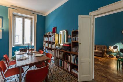 interno appartamento arredato con gusto e stile vintage